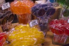 五颜六色的吮吸者糖果在Vancouvers Grandville海岛市场上 库存图片