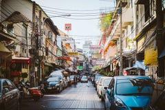 五颜六色的商业牌和旗子在汉字在唐人街,曼谷,泰国 免版税图库摄影