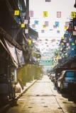 五颜六色的商业牌和旗子在汉字在唐人街,曼谷,泰国 库存图片