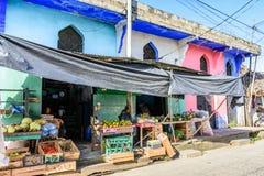 五颜六色的商店在加勒比镇,利文斯通,危地马拉 库存图片