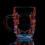 五颜六色的啤酒杯剪影与裁减路线的在黑背景 免版税库存图片