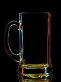 五颜六色的啤酒杯剪影与裁减路线的在黑背景 库存图片