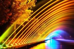 五颜六色的喷泉在城市停放在夜间,长的曝光pho 免版税库存照片