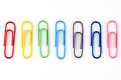 五颜六色的回形针在空白背景中 免版税库存照片