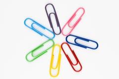 五颜六色的回形针在空白背景中 图库摄影