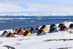 五颜六色的因纽特人房子在北极资本努克的郊区 库存图片
