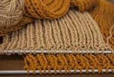 五颜六色的围巾、焦糖和金的未完成作品 库存图片