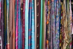 五颜六色的围巾在一个市场上在意大利 免版税库存照片