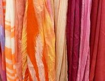 五颜六色的围巾收藏行  库存图片