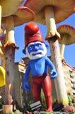 五颜六色的图滑稽的国王魔术游行 免版税库存照片