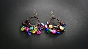 五颜六色的圆盘串珠的耳环 免版税库存图片