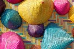 五颜六色的圆锥形被编织的竹子的构成 免版税库存图片
