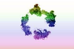 五颜六色的圈子墨水在白色背景的水中 上色彩虹 雾颜色混杂的绘画圆环  免版税库存照片