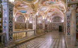 五颜六色的土窖在萨莱诺,褶皱藻属,意大利中央寺院  免版税库存照片