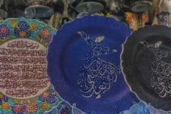 五颜六色的土耳其盘在伊斯坦布尔,土耳其盛大义卖市场  免版税库存照片