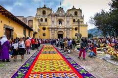 五颜六色的圣周地毯在安提瓜岛,危地马拉 免版税库存图片