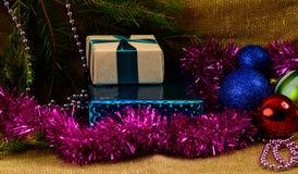 五颜六色的圣诞节玩具和礼物 免版税库存照片