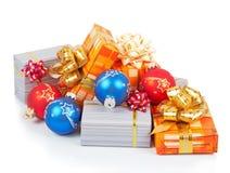 五颜六色的圣诞节球和礼物 免版税库存图片