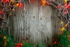 五颜六色的圣诞节诗歌选在木土气背景点燃 圣诞节装饰生态学木 免版税库存照片