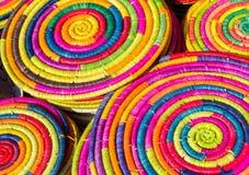 五颜六色的在市场上的秸杆手工制造装饰 免版税库存照片