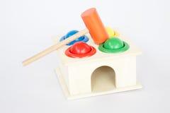 五颜六色的在白色桌上的锤子盒木玩具 免版税库存照片