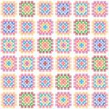 五颜六色的在白色,传染媒介的老婆婆正方形钩针编织毯子无缝的样式 图库摄影