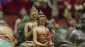 五颜六色的在销售中的传统木工艺品在商店在加德满都,尼泊尔 股票视频
