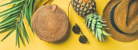 五颜六色的在黄色背景,宽构成的夏天女性成套装备 免版税图库摄影