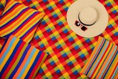 五颜六色的地毯和枕头一个夏天去野餐 免版税库存图片
