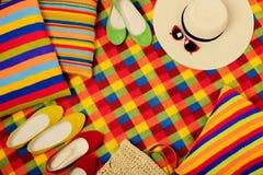五颜六色的地毯和枕头一个夏天去野餐 免版税库存照片