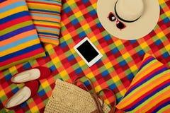 五颜六色的地毯和枕头一个夏天去野餐 图库摄影