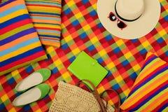五颜六色的地毯和枕头一个夏天去野餐 库存照片