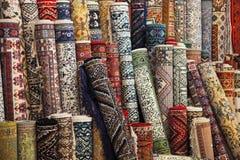 五颜六色的地毯在商店 免版税库存图片