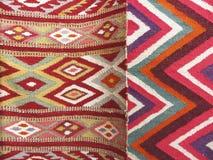 五颜六色的地毯背景划分成两个部分 库存图片