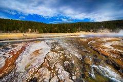 五颜六色的地质形成黄石国家公园 免版税库存图片