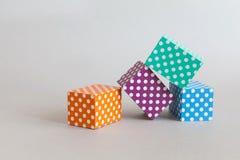 五颜六色的块圆点样式 紫罗兰色绿色橙色蓝色颜色长方形抽象箱子在灰色背景安排了 免版税图库摄影