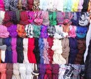 五颜六色的垂悬的围巾在商店 库存图片