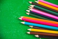 五颜六色的垂直的铅笔蜡笔 免版税图库摄影