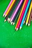 五颜六色的垂直的铅笔蜡笔 库存照片