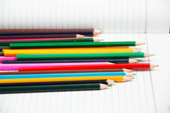 五颜六色的垂直的铅笔蜡笔 免版税库存照片