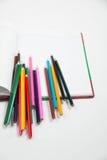 五颜六色的垂直的铅笔蜡笔 免版税库存图片