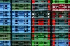 五颜六色的堆在船的鱼条板箱 库存照片