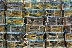 五颜六色的堆在船的鱼条板箱 免版税库存照片
