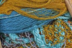 五颜六色的堆捕鱼网、绳索和链子 免版税库存照片