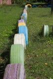 五颜六色的堆老使用的轮胎墙壁 免版税库存图片