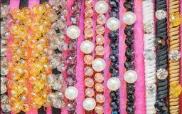 五颜六色的堆首饰和珍珠头饰带 库存照片