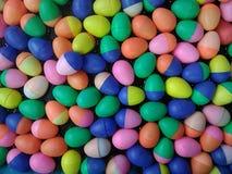 五颜六色的塑料复活节彩蛋容器塑料蛋壳 库存图片