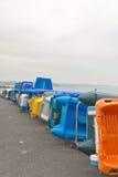 五颜六色的塑料小船行在岸的 多云天空 britte 免版税图库摄影