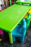 五颜六色的塑料桌和椅子孩子的在艺术学校 库存图片