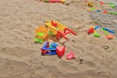 五颜六色的塑料海滩在沙子戏弄在海洋附近 库存照片
